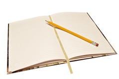 Tidskrift med blyertspennan Arkivbild