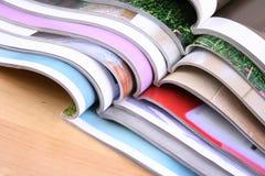 tidskrifter öppnar Fotografering för Bildbyråer