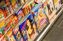 Tidskrifter i boklager Royaltyfri Bild