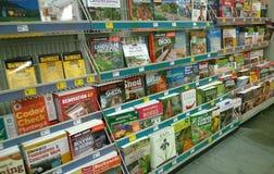 Tidskrifter och böcker på hyllor Arkivfoton