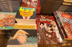 Tidskrifter och komiker med roliga böcker om USA presidenttrumf och Hitler i museum av komiker- och tecknad filmkonst Royaltyfri Fotografi
