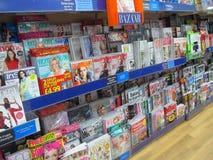 Tidskrifter som är till salu i ett lager. Royaltyfria Foton