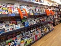 Tidskrifter som är till salu i newsagents Arkivfoton