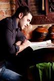 tidskriftmannen läser arkivfoton