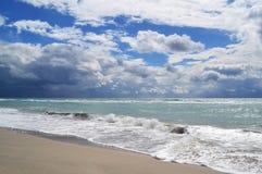 Tidvatten på stranden och den kommande stormen royaltyfri fotografi