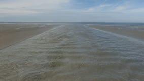 Tidvattenliten vik på lågvatten stock video