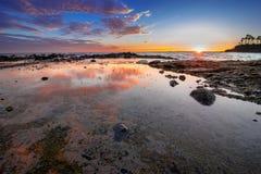 Tidvattenpölreflexion och moln i Laguna Beach, CA Arkivfoto