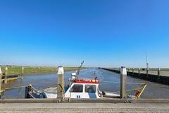 Tidvattens- hamn av Noordpolderzijl på det Wadden havet Royaltyfri Fotografi