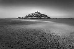 Tidvattens- kurva, Sts Michael montering, Marizion, Cornwall royaltyfria bilder