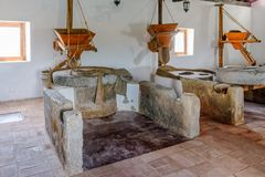 Tidvattens- mala kornhoppers och mala stenar, Algarve, Portugal Royaltyfri Foto