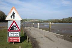 Tidvattens- väg på lågvatten i södra Devon UK Arkivfoton