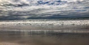 Tidvattnen och vågorna av Kalifornien sätter på land Fotografering för Bildbyråer