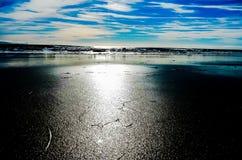 Tidvattnen och vågorna av Kalifornien sätter på land Royaltyfri Bild