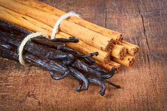 Tied vanilla pods and cinnamon Royalty Free Stock Images