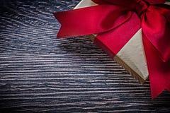 Tied wickelte Geschenkbox am Feiertag des hölzernen Brettes ein Lizenzfreie Stockfotografie