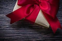 Tied wickelte giftbox am Feiertag des hölzernen Brettes ein Lizenzfreie Stockfotos