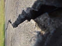 Tief gebrochener gebrochener Beton und Gras stockbilder