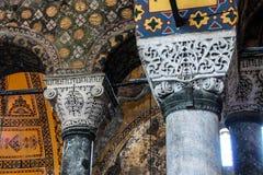 Tief unterschnittene korinthische Säulen Stockfotos