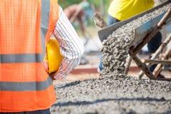 Tiefbaukontrolle ein konkretes Gießen während der concreting Handelsböden des Gebäudes Lizenzfreies Stockfoto