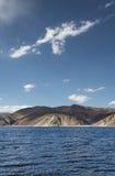 Tiefe blaue Gebirgssee- und -wüstenhügel Stockbilder