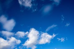 Tiefe blaue Himmel u. flaumige Wolken Stockfotos