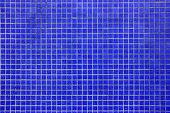 Tiefe blaue Mosaikfliesenwand Stockfotografie