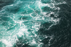 Tiefe blaue stürmische Meerwasser-Oberflächenbeschaffenheit Lizenzfreies Stockfoto