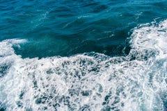 Tiefe blaue stürmische Meerwasseroberfläche mit weißem Schaum- und Wellenmuster Lizenzfreie Stockfotografie
