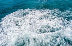 Tiefe blaue stürmische Meerwasseroberfläche mit weißem Schaum- und Wellenmuster Lizenzfreie Stockbilder
