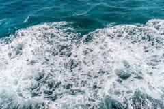 Tiefe blaue stürmische Meerwasseroberfläche mit weißem Schaum- und Wellenmuster Stockbilder