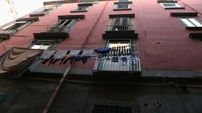 In Tiefe des Bezirkes wandernder und, wie schauender Tourist arme Leute leben, pov stock video footage