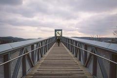 Tiefe Perspektive des Mannes gehend in Richtung Aufzug zum im Freien lizenzfreie stockbilder