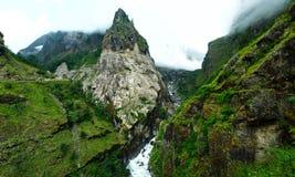Tiefe Schlucht auf Annapurna-Stromkreiswanderung, Nepal Stockfotos