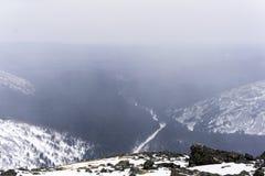 Tiefe Schlucht in den Nordbergen während Schneefälle Stockfotografie