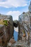 Tiefe Schlucht Lysefjord des Kjerag-Felsen-Bolzens stockbilder