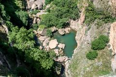 Tiefe Schlucht mit See in Ronda spanien stockfotos