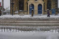 Tiefe Schneebedeckungsstadtwege und -straße im Winter Lizenzfreie Stockfotografie