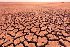 Tiefe Sprünge im roten Land als Symbol des heißen Klimas und der Dürre Lizenzfreies Stockbild