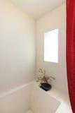 Tiefe Wannedusche mit Fenster in der weißen Fliese Stockfotografie