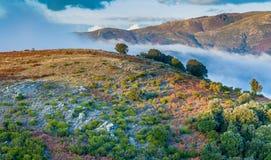 Tiefe Wolken und Herbstfarben in den katalanischen Hochländern stockbild