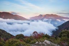 Tiefe Wolken und Herbstfarben in den katalanischen Hochländern lizenzfreie stockbilder