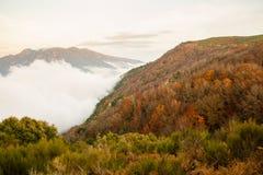 Tiefe Wolken und Herbstfarben in den katalanischen Hochländern stockfotos