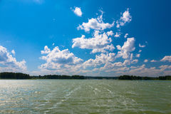Tiefer blauer bewölkter Himmel über Sniardwy See Lizenzfreies Stockfoto