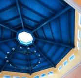 Tiefer blauer Fleck auf Bauhölzern des hölzernen hergestellten Dachs Lizenzfreie Stockfotografie