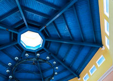 Tiefer blauer Fleck auf Bauhölzern des hölzernen hergestellten Dachs Stockfotografie