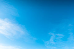 Tiefer blauer Himmel Stockfotos