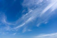 Tiefer blauer Himmel mit weißer Wolke stockfotografie