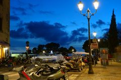 Tiefer blauer Himmel nach Sonnenuntergang unter der alten toskanischen Stadt stockfoto