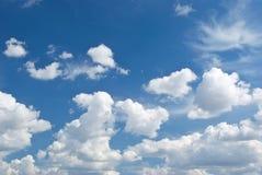 Tiefer blauer Himmel und große Wolken lizenzfreie stockfotografie