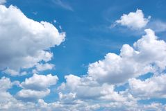 Tiefer blauer Himmel und große Wolken lizenzfreie stockfotos